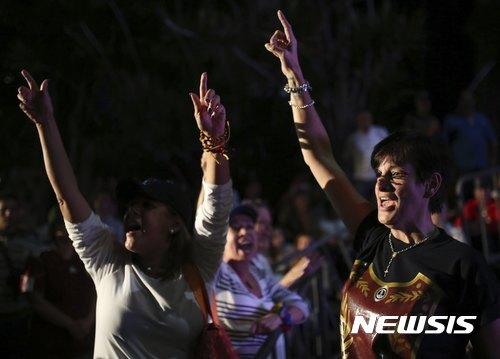 【카라카스(베네수엘라)=AP/뉴시스】베네수엘라 야당이 16일(현지시간) 니콜라스 마두로 대통령의 개헌 추진에 반대하기 위해 상징적으로 실시한 국민투표에 총 710만여명이 참여했다고 야당들이 밝혔다. 이는 당초 기대보다는 크게 못 미치는 규모이다. 야당 지지자들이 이날 카라카스에서 투표 결과를 기다리며 마두로 대통령에 대한 반대 구호를 외치고 있다. 2017.7.17