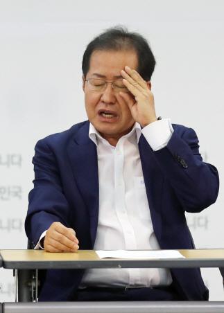 홍준표 자유한국당 대표가 17일 오전 서울 여의도 당사에서 열린 신임 주요당직자 회의에서 안경을 만지고 있다. /연합뉴스