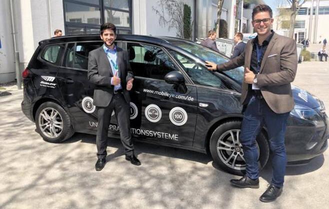 모빌아이 직원들이 독일 뮌헨에서 첨단운전자보조시스템(ADAS)이 장착된 차량의 시승 행사를 하고 있다. ADAS는 카메라로 주변 상황을 파악한 결과를 인공지능이 분석해 사고 발생을 막아주는 자율주행 기술이다. /모빌아이