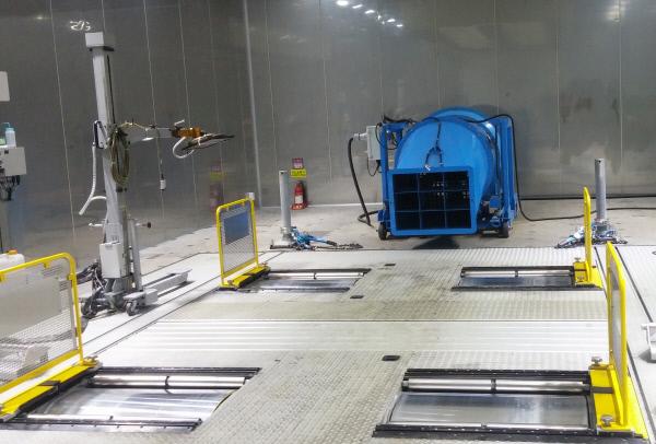 차량 배출가스 측정장치가 설치된 시험실 내부의 모습. 롤러처럼 생긴 차대동력계에 자동차 바퀴를 올려 놓고 배출가스를 측정한다.