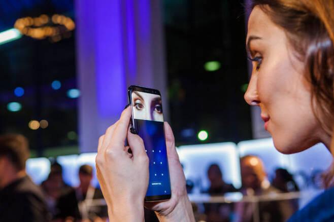 4월 브라질 상파울루에 위치한 '살라 상파울루(Sala Sao Paulo)'에서 진행된 '갤럭시S8'·'갤럭시S8+' 미디어 행사에서 참석자가 '갤럭시 S8' 홍채인식 기능을 체험하고 있다.