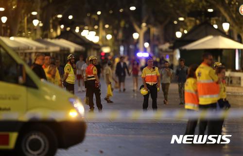 【바르셀로나(스페인)=AP/뉴시스】17일 바르셀로나의 라스 람블라스 구역에서 테러가 발생해 경찰이 도로를 통제하고 있다. 2017.8.20