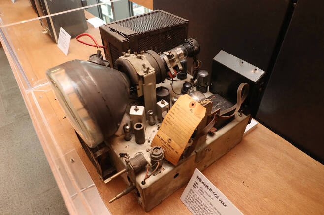 세운상가 아트마스터 장인인 이정성씨가 제공한 1946년 원형 브라운관 RCA VICTOR. 1946년에 미국에서 출시되었던 텔레비전 브라운관으로 백남준 비디오 작품의 일부였으나 노후와 고장으로 장인의 품으로 돌아왔다. 우상조 기자