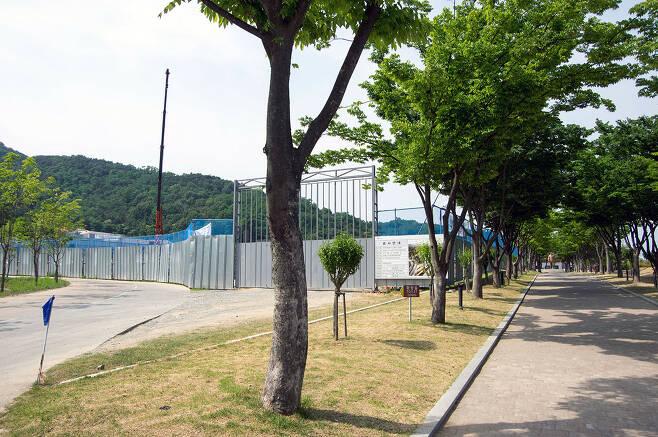 철판으로 가린 역사자료관 공사 현장. 오른쪽으로 멀리 박정희 동상이 보인다. ⓒ장호철