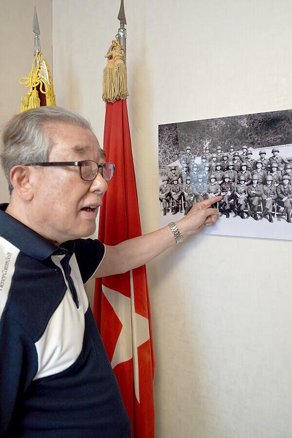 박경석 장군이 대대장 시절 당시 강재구 대위 등 중대장, 소대장 들과 함께 찍은 사진을 보여주고 있다. 강 대위는 이 사진을 촬영한 다음날 순직했고 이 부대는 재구대대로 명명됐다.