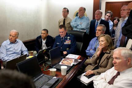 2011년 5월1일 오바마가 백악관 상황실 구석에 앉아 힐러리 클린턴 국무장관, 로버트 게이츠 국방장관 등과 함께 오사마 빈라덴 사살 작전을 지켜보고 있다.   백악관