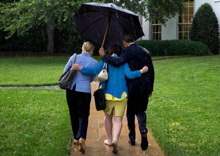 2014년 버락 오바마 대통령은 백악관에 들어가는 길에 보좌진에게 우산을 씌워주는 모습으로 화제에 올랐다.   백악관