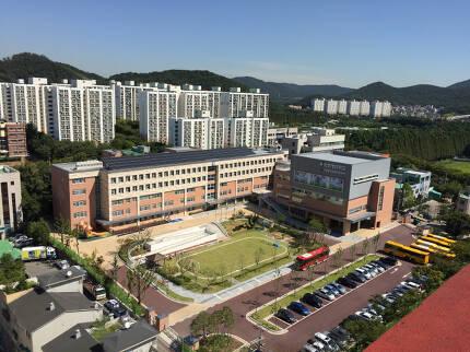 지난 3월 개교한 인천 남동구 만수동 청선학교. 14일 오전 평일인데도 학교 안은 한산하다. 학교 주변 아파트는 4~5년 전 보다 10~15% 가량 오른 가격에 매매되고 있다.  [지홍구 기자]