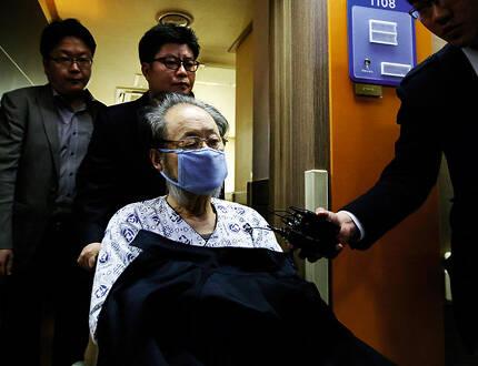 ⓒ연합뉴스 보석으로 풀려났다 2013년 4월11일 재구속되는 이홍하씨.그는 대법원에서 징역 9년을 선고받았다.