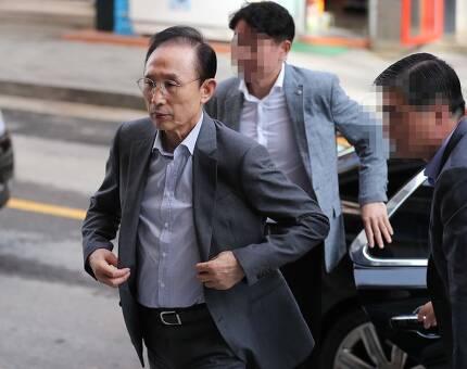 이명박 전 대통령이 지난달 28일 오전 서울 강남구에 위치한 자신의 사무실에 출근하고 있다. 백소아 기자 thanks@hani.co.kr