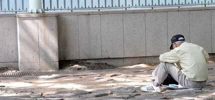 서울 종묘공원에서 한 노인이 홀로 쓸쓸히 시간을 보내고 있다. 배우한 기자