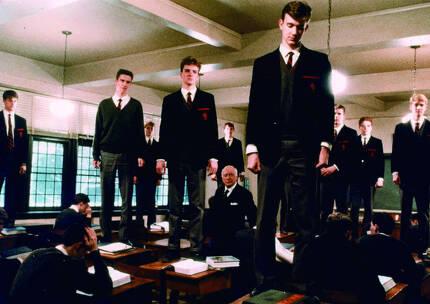 대학입시만을 위한 공부가 아니라 인생의 목적을 찾기 위한 공부를 가르쳤던 존 키팅. 학생들은 그를 내쫓은 학교에 항의 표시를 하기 위해 책상에 올라가 키팅이 가르쳤던 시를 읊는다. 영화 '죽은 시인의 사회'(1990)의 한 장면. [중앙포토]