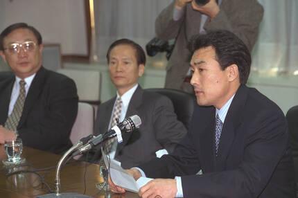 김현배 삼미그룹 회장이 1997년 3월 19일 기자회견을 열고 주력기업인 삼미특수강등 계열사에 대해 법정관리 신청을 낸 배경 등을 설명하고 있따. [사진 중앙포토]