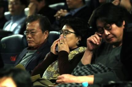 문재인 대통령과 부인 김정숙 여사를 비롯한 관람객들이 7일 오전 서울 용산 CGV에서 열린 6월 민주항쟁을 소재로 한 영화 '1987'을 관람한 뒤 깊은 생각에 잠겨 있다.  청와대사진기자단