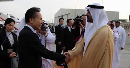 이명박 전 대통령이 2009년 12월 26일 오후 아랍에미리트(UAE) 수도 아부다비에 도착해 모하메드 왕세자의 영접을 받고 있다. [연합뉴스]