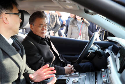 문 대통령, `자율주행 차량 성능은?` [출처 = 연합뉴스]