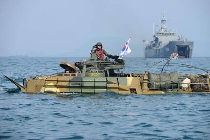 지난 2016년 태국에서 열린 코브라 골드 훈련에서 상륙함을 떠나 해안으로 항주하는 해병대 상륙돌격장갑차 KAAV7. 해외에서도 관심을 갖는 무기지만 속도가 느리고 생존성이 떨어져 초수평선을 순식간에 돌파 점령하는 현대 작전개념에는 뒤떨어졌다는 평가를 받는다. 미군은 공중기동 전력으로 교두보를 확보한 이후의 2차 전력으로 활용하고 있다.