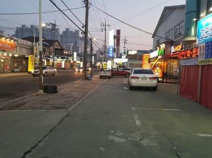 군산공장 주변의 대표적 상권인 소룡동 거리는 저녁시간에도 길거리를 걷는 사람이 거의 안 보일 정도로 을씨년스럽기만 했다./진상훈 기자