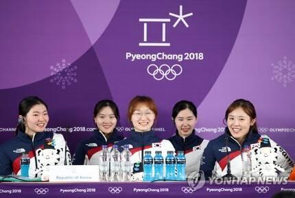 [올림픽] 기자회견도 해맑게 (강릉=연합뉴스) 박동주 기자 = 20일 강릉아이스아레나에서 열린 평창동계올림픽 여자 쇼트트랙 3,000m 계주에서 금메달을 획득한 한국 선수들이 밝은 얼굴로 기자회견하고 있다.    pdj6635@yna.co.kr