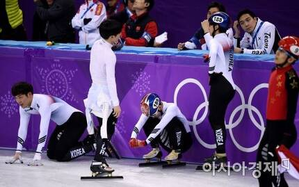 22일 강원도 강릉 아이스아레나에서 열린 평창동계올림픽 쇼트트랙 남자 5000m 계주 결승에서 메달 획득에 실패한 대표팀이 아쉬워하고 있다./강릉=김현민 기자 kimhyun81@