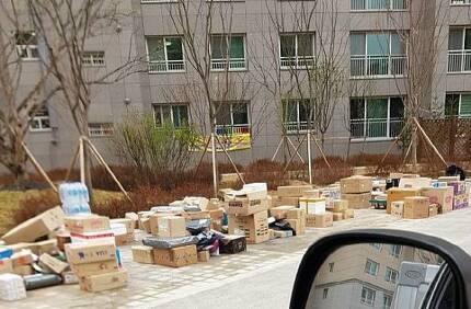 경기도 남양주시 다산 신도시 소재 한 아파트 단지에서 택배기사들이 놓고 간 택배 물품이 쌓여있다. (사진=온라인 커뮤니티)