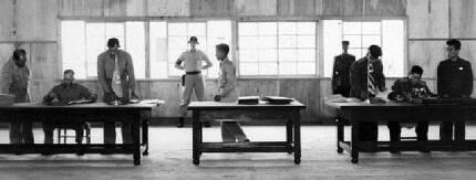 월리엄 해리슨 유엔군사령부 중장(맨 왼쪽)과 남일 북한 인민군 대장(맨 오른쪽)이 1953년 7월27일 오전 회담장으로 쓰던 판문점 목조 건물에서 각각 정전협정에 서명하고 있다.  국가기록원 제공