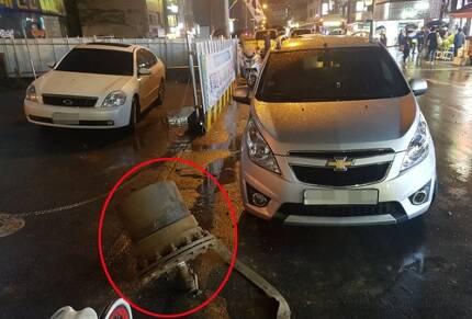 용수관 '폭발' 충격에 날아간 철제 마개(빨간색 원) [독자제공=연합뉴스]