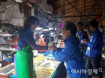 오거돈 더불어민주당 부산시장 후보가 21일 상인들과 인사를 나누고 있다.