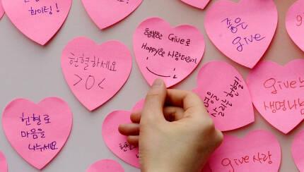 세계 헌혈자의날을 맞아 시민들이 헌혈을 권유하거나 헌혈에 대한 생각을 적은 포스트잇. 경향신문 자료사진