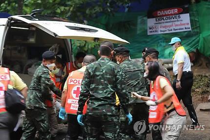 구급차로 옮겨지는 생존자[AFP=연합뉴스 자료사진]
