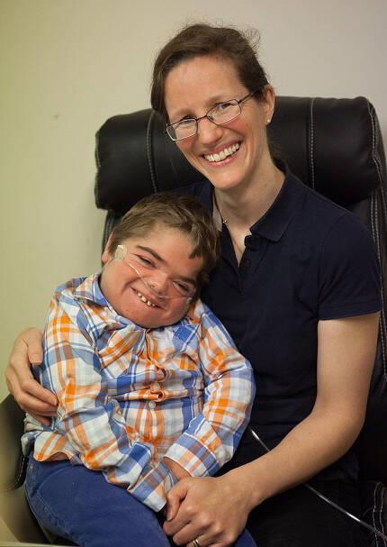 엄마 샨탈은 감금증후군(locked-in syndrome)인 아들 조나단을 끝까지 포기하지 않고 가르쳤다.