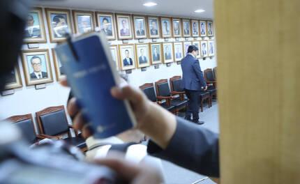 '드루킹' 김동원 씨의 댓글조작 의혹을 수사하는 허익범 특별검사팀이 지난 2일 오전 김경수 경남지사 집무실에서 압수수색을 하고 있다. 송봉근 기자