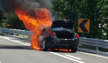 8월2일 강원도 원주시 영동고속도로에서 리콜(시정명령) 조치에 들어간 차종과 같은 모델인 BMW 520d 승용차에서 또 불이 났다. © 강원경찰청 고속도로순찰대 제공