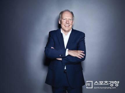 재규어 디자인 총괄 디렉터 이안 칼럼(65). 1954년 7월 30일생으로 영국 스코틀랜드 태생이다. 전세계 자동차 디자이너들로부터 가장 이상적이고 혁신적인 카디자이너로 인정받고 있다. 사진   재규어랜드로버 코리아 제공