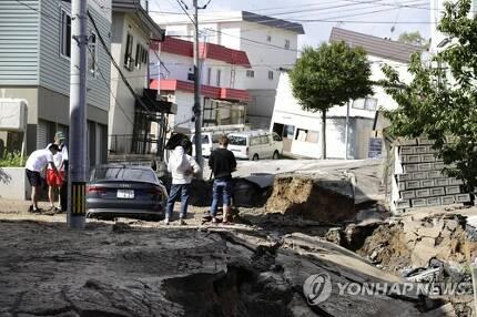 삿포로시 강진에 함몰된 도로와 기울어진 건물 (삿포로 교도=연합뉴스) 일본 홋카이도에 강진이 발생한 6일 오전 홋카이도 삿포로 시내 도로가 함몰되고 기울어진 건물이 보인다.  photo@yna.co.kr (끝)