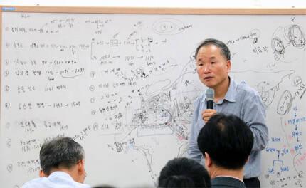 '박문호의 자연과학세상'을 이끄는 박문호 박사가 4일 저녁 대전 한국전자통신연구원 융합생산기술센터에서 '몽골에서 본 유목제국사'를 강의하고 있다. 그가 세계사 강의를 한 것은 처음이다. 박문호 의자연과학세상 제공
