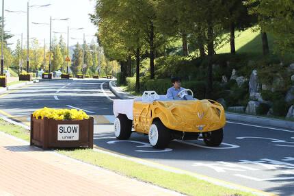 김남훈 교수팀이 지난해 10월 제작한 3D 프린팅 기술을 이용해 제작한 전기 자동차 '라이노'. 코뿔소와 닮은 이 차는 공간을 다 채운 기존 디자인과 비교해 무게를 80%이상 줄였다. [사진 울산과학기술원)