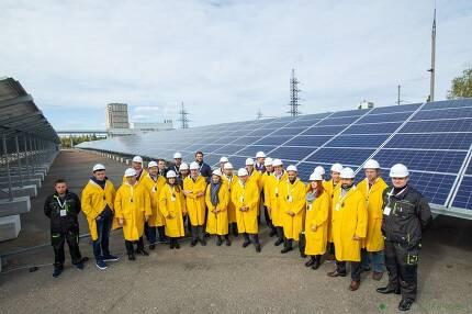 태양광발전소에 앞에서 기념촬영을 하고 있는 발전소 직원들. 솔라체르노빌 제공