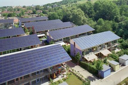 태양광패널로 덮인 독일 프라이부르크의 패시브하우스. 사진 엘런맥아서재단 www.ellenmacarthurfoundation.org