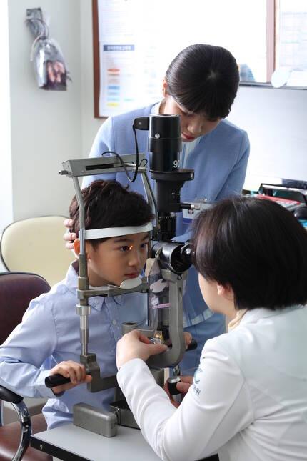 안과 의사가 세극등현미경을 이용하여 어린이의 눈 상태를 진찰하고 있다. 아이의 안구는 만 7살이 되면 완성되므로 안과 검진이 가능한 3~4살부터 6개월마다 눈 상태를 정기적으로 검진하도록 하자. 건양의대 김안과병원 제공.
