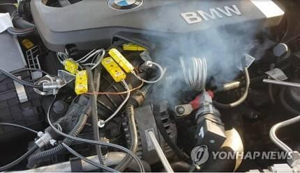 BMW 화재원인 시험 과정 (서울=연합뉴스) 한국교통안전공단이 7일 공개한 BMW 화재원인 시험 과정 모습. 흡기계통의 천공부로부터 배출가스가 발산되고 있다. 공단은 이날 BMW 화재는 'EGR 바이패스' 문제가 아닌 'EGR 밸브' 문제라고 밝혔다.  [한국교통안전공단 제공]      photo@yna.co.kr  (끝)