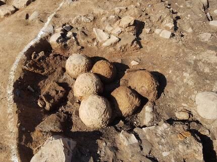 전북 고창 무장현 읍성 군사시설 터의 구덩이(수혈) 안에서 발견된 비격진천뢰 유물들. 역대 최대규모인 11점이 무더기로 나왔다.