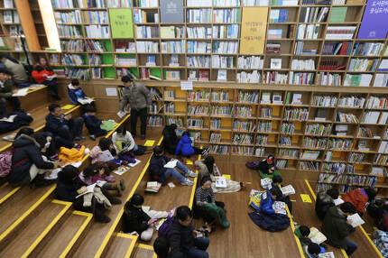 서울도서관에서 독서를 하고 있는 시민들. 한겨레 자료사진