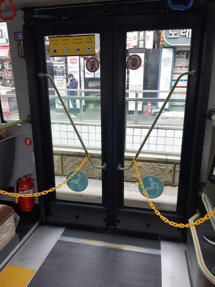 휠체어와 유모차가 오르내리기 편리하게 설계된 버스 뒷문