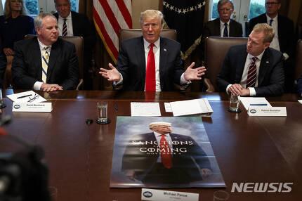 【워싱턴DC=AP/뉴시스】도널드 트럼프 미국 대통령이 2일(현지시간) 백악관 각료회의에서 발언하고 있다. 트럼프 대통령은 회의 중 김정은 북한 국무위원장으로부터 받았다는 친서를 공개하며 머지않은 미래에 북미정상회담이 성사될 것이라고 내다봤다. 2019.01.03.