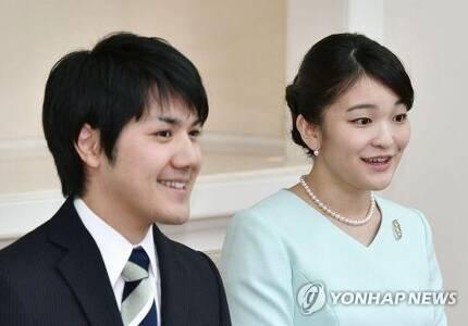 약혼 발표 기자회견하는 마코 공주와 고무로씨(2017.9.3) [교도=연합뉴스 자료사진]