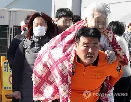 1년 전 세종병원 화재 당시 환자 구조 [연합뉴스 자료사진]