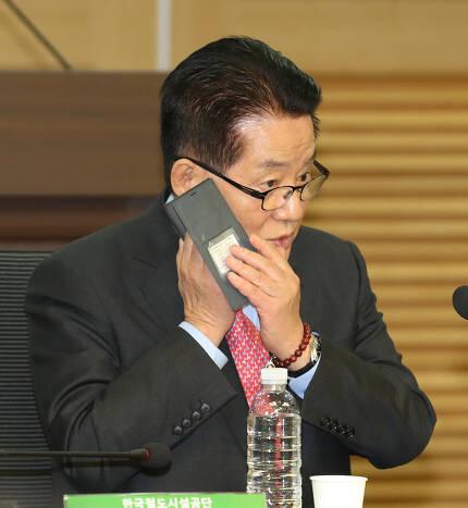 박지원 민주평화당 의원은 지난해 '불법촬영 편파수사 규탄 집회'(혜화역 시위) 참가자들이 보낸 항의 문자를 '문자폭탄테러'라고 비판한 바 있다. 사진은 박 의원이 지난달 25일 한 토론회에서 전화통화를 하는 모습. 강창광 기자 chang@hani.co.kr