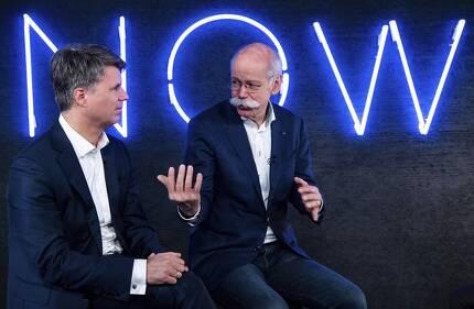 지난달 22일 BMW의 하랄드 크루거 최고경영자(CEO)와 다임러의 디터 제체 CEO가 자율 주행차 사업 공동 투자 계획을 밝히고 있다. [AP=연합뉴스]