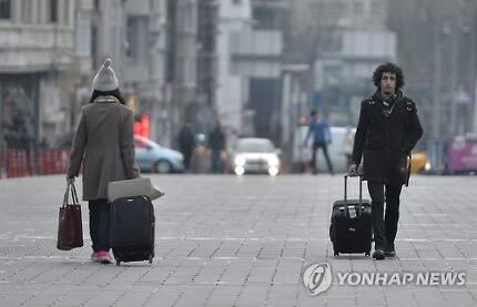 이스탄불 탁심 광장을 지나는 여행객들 [EPA=연합뉴스 자료사진] ※ 기사 내용과 직접 관련 없음.